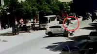 男子骑摩托狂飙 撞上SUV空中转体360°落地