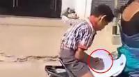 实拍: 印度小学生摩托车上写作业