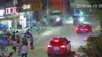 司机忘拉手刹 重型货车冲向人群致1死多伤