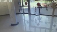 因节假日办公单位不开门 男子一脚把玻璃大门踹碎