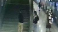 女子地铁上遭侵犯 夫妻配合巧擒嫌疑人