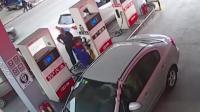 女司机突然倒车 撞飞路人冲进洗车店