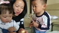 宝宝食玩 小伶玩具萌娃吃肉松小面包视频 哥哥妹妹一起吃小蛋糕