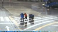 暖哭了! 外卖员为婴儿遮雨 敬业达人不仅准时送餐将母女护送到家