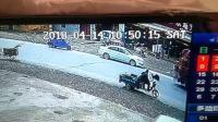 惨! 老人横穿马路意外摔倒遭大货车碾压