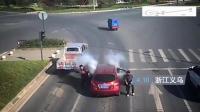 某男子驾驶汽车行驶中, 突然车里的鞭炮着了, 非常危险