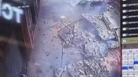 惊险! 实拍围墙倒塌 数辆汽车被掩埋