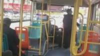 公交司机等红灯期间离开座位做踏步运动 网友: 表示理解
