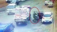 监拍: 摩托车司机遇人祸命丧车轮下