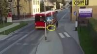女子与伙伴路边打闹 误将其推倒至大巴车下