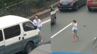 碰瓷还是寻死?女子快车道穿梭 猛撞行驶小车