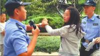 四川一女教师大闹警局扇民警被拘