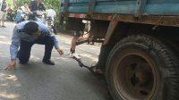 电动车闯红灯, 主动跑到货车车轮底下, 被碾身亡, 监控拍下整个过程