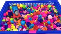 托马斯和他的朋友们一起玩蘑菇钉玩具