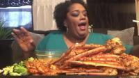 黑人大妈吃大只帝王蟹腿, 又香又辣, 真想一次吃个够