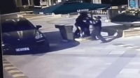 男子未登记车牌进小区被拒 冲出车门暴打保安