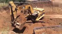 这个挖掘机很牛, 挖土装车速度也这么快。蓝翔毕业的吗