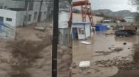 兰州大暴雨引发山洪 汽车被卷走