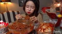 韩国美女吃辣冷面, 夹起来大口吃, 这吃相还有人敢要吗