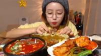 韩国大胃王小姐姐吃爆辣宽粉, 搭配中国羊蝎子, 大口往嘴里塞!