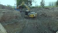 坑太深, 挖掘机够不着, 这司机的方法, 总感觉哪里不对