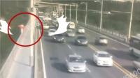 老伯在武汉长江大桥护栏上健步如飞吓坏路人