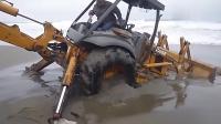 大叔开挖掘机被困沙滩上, 挣扎也没用