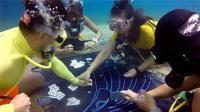 犯牌瘾! 4名潜水员背着氧气罐 海底8米打扑克