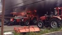 实拍信阳一农机店起火 损失高达数百万