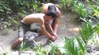 野外生存: 原始森林里兄弟俩齐心协力才抓住这条鱼, 高兴的大叫