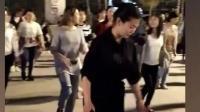 美女学员很用心在学广场舞 这广场舞正能量还能健身