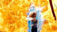 小女孩天生就有超能力, 炸弹对于她只是在充电! 一部动作科幻电影