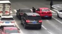 女司机路口等红灯 男子突然拉开车门抢走车