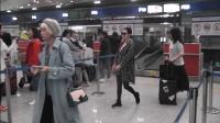 现场:戏瘾小S机场凹造型 衬衫扣子hold不住