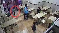 孕妇绊倒4岁男童 因孩子将门帘甩其身上