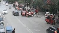 男子持D照驾报废车练手 闹市连撞5车伤2人