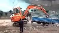 司机开挖掘机上货车, 没有踏板很危险, 货车司机在一边干着急