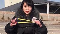 美女玩弹弓:扑克牌削皮筋,这样的射击角度,是咋练习的?