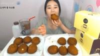 大胃王卡妹一顿饭吃下12个酥皮大泡芙, 这妹子的胃口可真好