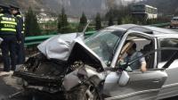 高速上停车换成同事去开车, 引发严重车祸, 同事老婆瞬间被甩了出去!