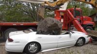 小伙把妈妈的车砸毁并放上巨石, 制造陨石坠落假象, 妈妈回家后凌乱了