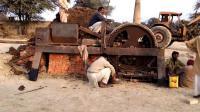 印度大叔造拖拉机制砖机, 每天产8000块砖, 农民盖房不用愁