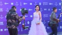 现场:佟丽娅紫色羽毛裙现身频鞠躬 烈焰红唇显端庄大气