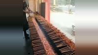 看看月薪一万的烧烤师是怎么工作的? 这真是个人才啊!