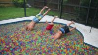 泳池里倒入百万水晶球, 在里面嬉戏是什么体验? 一起来见识下!