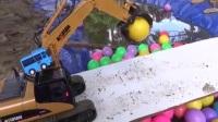 小卡车指挥挖掘机收货水里的彩色果果 吊车视频表演 挖土机工作视频 挖掘机视频表演