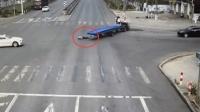 拖拉机失控甩飞驾驶员 无人驾驶直冲包子铺
