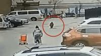 3岁男童不慎落入化粪池 危急时刻男子挺身相救