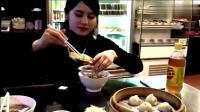 日本妹子吃杭州小笼包, 刚入口就一脸满足, 中国美食果然无敌