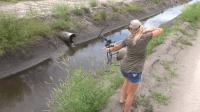 和女朋友一起去捕鱼, 这种捕鱼方式还是很少见的